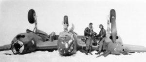 Groenland, Juli 1942. Nach der Notlandung auf Groenland. Piloten vor einer umgekippten P-38. Promofoto, mit der Bitte um Erwaehnung des Lost Squadron-Projektes. >> Greenland, July 1942. After the emergency landing on Greenland. Pilot in front of an overturned P-38. Promotion photo. Please mention the Lost Squadron Recovery project. >> Lost Squadron Recovery (LSR) Verein zur Suche, Auffindung und Bergung historischer Land-, Wasser- und Luftfahrzeuge e.V. Sophie-Taeuber-Arp-Weg 6 - 12205 Berlin Tel.: +49-30-84716835 Fax: +49-30-84726214 info@lost-squadron.org www.lost-squadron.org
